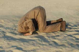 testa-sotto-sabbia